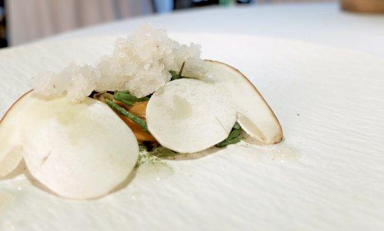Piatto clamoroso: Capasanta di Caorle, salicornia, granita di mare, cozze del Salento e tè