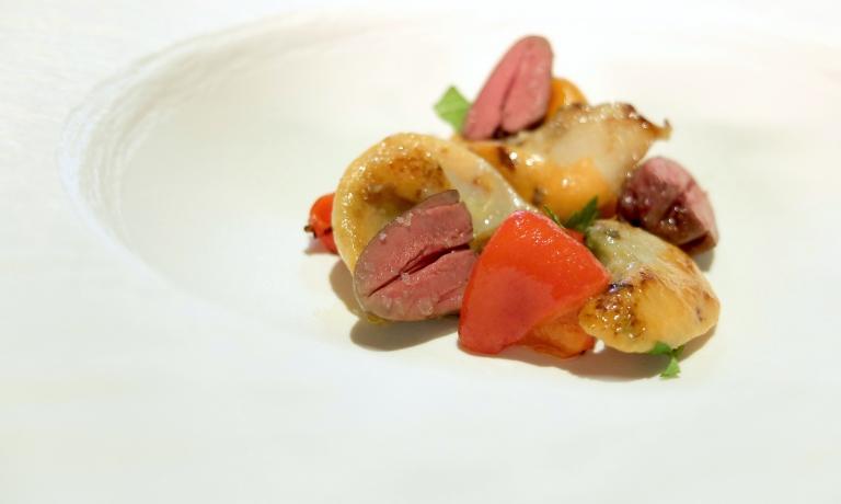 Una chicca, ovviamente deliziosa: Cuore di piccione, corallo di capasanta, peperoni in agrodolce