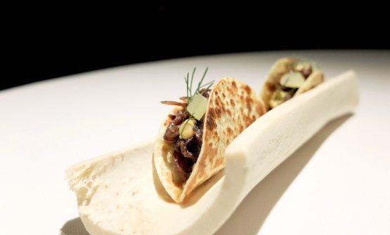Ottimo questo Taco croccante con manzo, cetriolo fermentato e mostarda