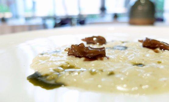 Risotto mantecato al parmigiano, lingue d'anatra, riduzione di cicoria