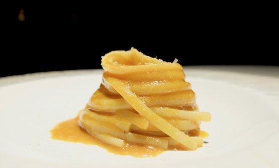 Linguine, crema di carote e garum, katsuobushi. Il garum in questo caso è in realtà una colatura di alici fermentata
