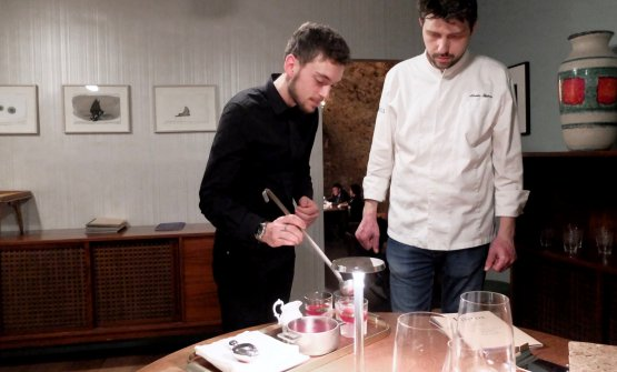 Marco Abeni sotto gli occhi di Gipponi prepara un cocktail Lussuria: mela, limone, estratto di barbabietola rossa, gin, menta e zucchero di canna