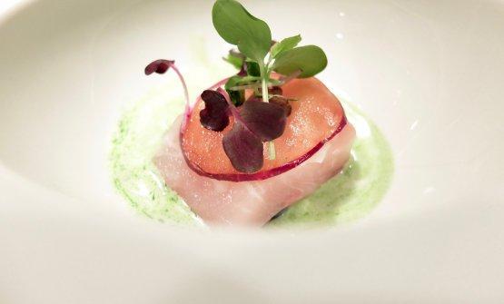 Sashimi di ricciola atlantica, prugne fermentate, latte di cocco al lemon grass, zenzero e prezzemolo. Elegantissimo