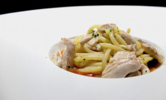 Spaghettone di Gragnano, capperi, olive, alici, filetti di tonno, salsa al pomodoro