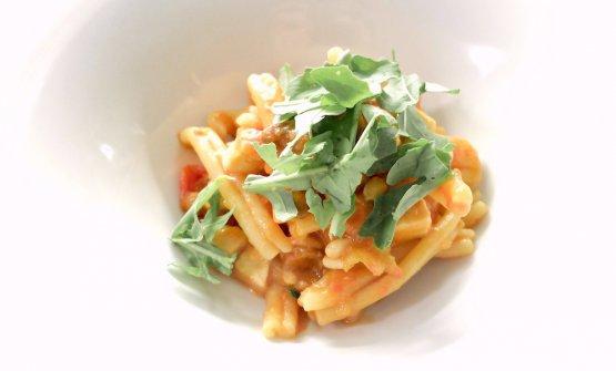 Ferrazzuoli alla Nannarella (omaggio ad Anna Magnani) con pancetta di pesce spada affumicato, pinoli, uva passa, rucola e pomodorini