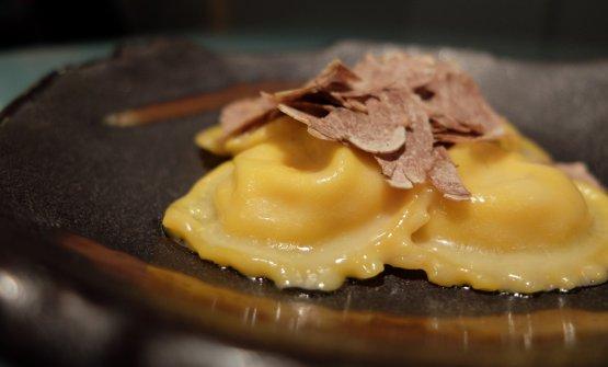 Pura golosità gaudente: Ravioli liquidi di parmigiano reggiano 60 mesi da vacca bruna, burro d'Isigny, crema di zucca e tartufo bianco
