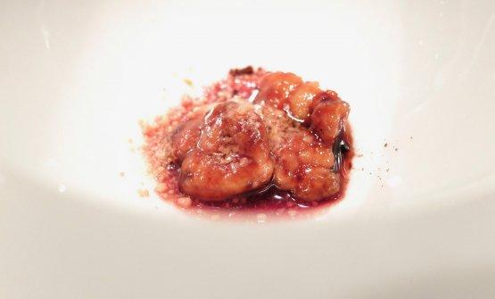 Un'animella come predessert: Animella in salsa dolce di soia, torcione di foie gras, visciole di Stivali all'Armagnac. Il foie gras è maturato tre settimane e poi grattato in polvere