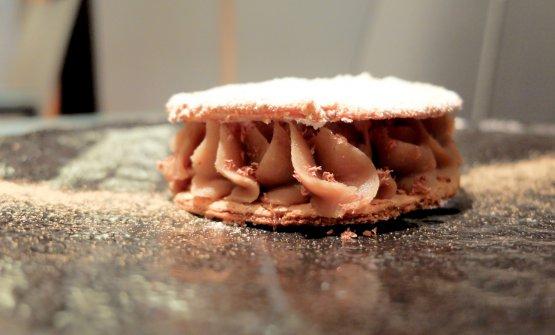 Biscotto croccante alla mandorla, crema di marroni alle spezie scure (ginepro, chiodi di garofano, pepe...), briciole di cioccolato fondenteValrhona Guanaja 70%, panna alla polvere di porcini, polvere di porcini