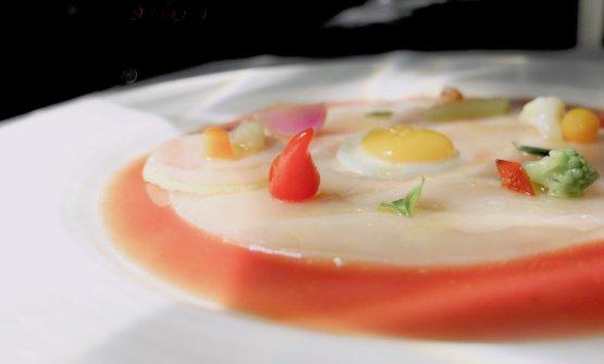 Carpaccio di ricciola, uovo di quaglia fritto, verdure croccanti, gazpacho di ciliegie e pomodorini datterini. Gran bel piatto, esteticamente raffinatissimo. Manca qualche granello di sale Maldon a completare
