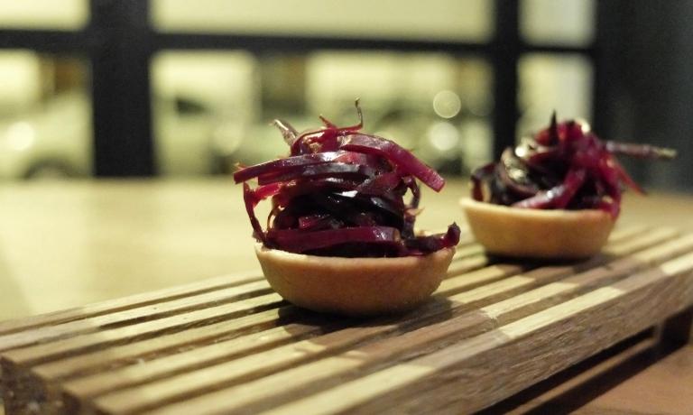 Tartelletta con crema di cavolo rosso e senape, cavolo all'agro
