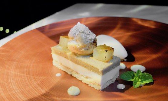 Pasta sfoglia, mousse di vaniglia e ricota, bigné, pera sciroppata, sorbetto di zenzero e pere