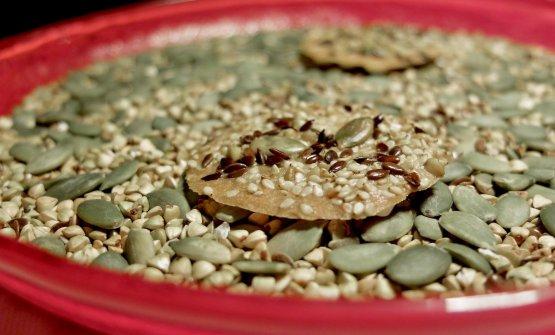 Biscotto ai semi con burro e acciughe. Inizio fulminante, è dai piccoli particolari che si giudica un grand echef