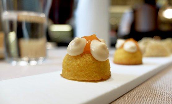 Financier di carote, mandorle, yuzu e maionese di soia