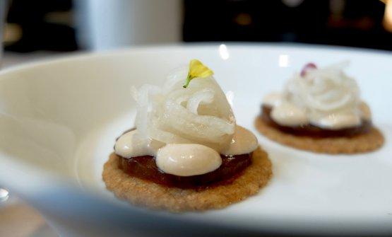 Tartelletta integrale, gel di pollo, maionese tonnata e daikon marinato. Alta classe