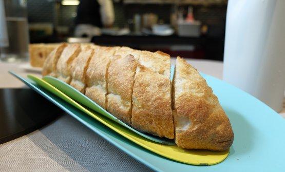 Ottimo anche il pane, poi focaccia al rosmarino e grissini di grano arso. Il tutto accompagnato con favoloso burro di malga