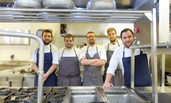 La brigata: da sinistra Fabrizio Cavassa (classe 1993), Federico Caldara (1993), Michele Tomatis (1994), Andrea Coletta (1994) e lo chef Mecca. Completano la squadra il nuovo bartender Antonio Masi