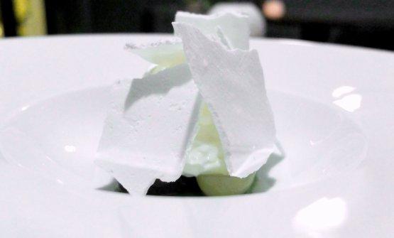 Ottimo Uva, yogurt e alloro. Ci sono meringhe alla spuma di yogurt di bufala, poi quattro varietà di uva marinate una notte per dare loro più acidità