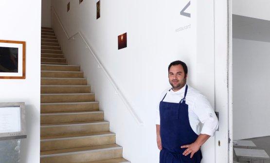 Alessandro Mecca alle scale che portano al suo Spa