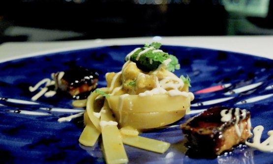 Fettuccelle con ragù di anguilla, pesto di prezzemolo e olive,pinoli tostati. Una nota acida è data dall'aceto di fichi, poi crema di pinoli e capperi