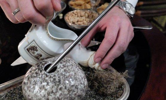 La preparazione di TheThrowing Stones. Nel The Cocktail Journey, il giro del mondo a base di miscelati del Four Seasons,TheThrowing Stones rimanda a Londra