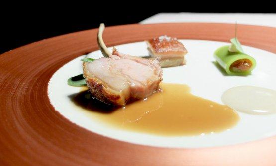 Variazione di maialino nero casertano: la costina è scottata e accompagnata da portulaca, la pancia con cannellonedi peperoncino e pomodoro verde, poi salsa di senape