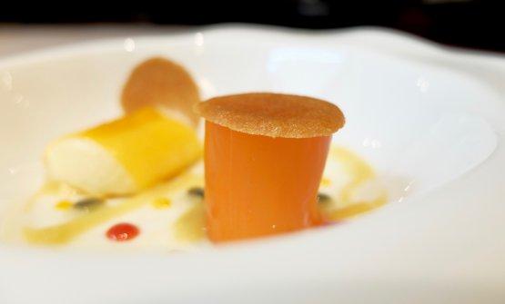 Un nuovo dessert: crema di ananas al forno,granadina, due cannoli (uno di papaya con spuma di cocco, l'altro di mango con cioccolato bianco)