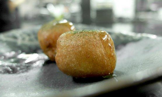Mantecato di baccalà croccante, miele piccante, polvere di jalapeño e aceto al coriandolo. Qui l'unico (grave) errore della cena: ripieno incandescente!