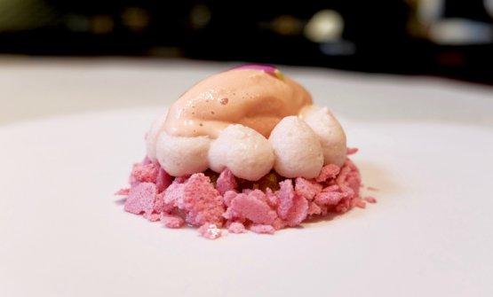 Gelato alle rose, biscotto e mousse di fragole, composta di rabarbaro, meringa al lampone