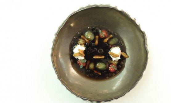 Elegenatissimo - esteticamente e gustativamente - questo Brodo freddo di melanzana alla brace, semi di pomodori, burrata e ricci di mare