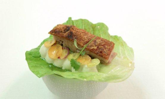 Altro boccone prelibato: Tacos di lattuga con pancia di maialino, maionese alle ostriche e carote
