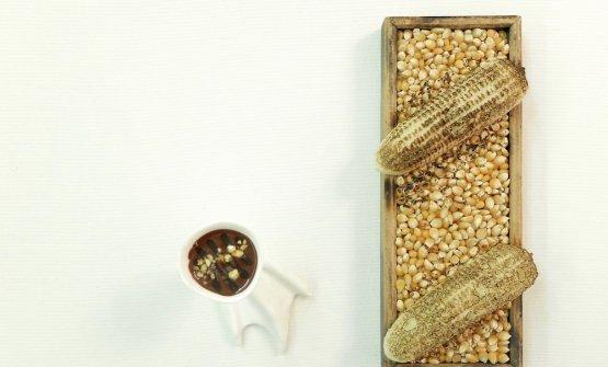 Spighe arrostite, che richiama la pannocchia arrostita, tipico street food in zona. In questo caso si tratta di una spugna di mais cotta al microonde con dentro del mini-mais croccante, il tutto da intingere nella salsa di cioccolato fondente e caramello al caffè, con mais salato