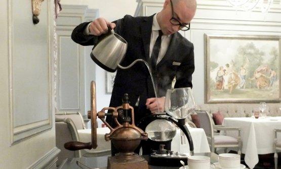 Daniele Bilancetti,maîtrede Il Palagio, prepara il caffè