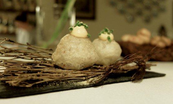 Mondeghili in tempura, salsa di soia, erba cipollina, polvere di yuzu.Molto buoni