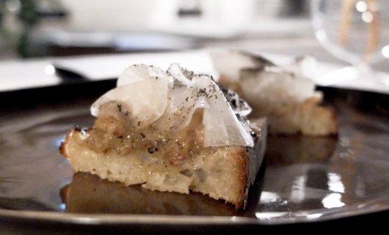 Toscana ma non solo:Crostone di ragù d'anguilla con daikon fermentato