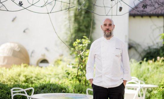Lochef Marco Pereznel bel giardino del Byblos Art Hotel, dove si trova l'Amistà33