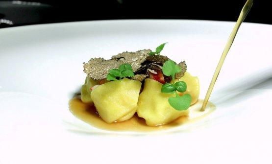 Cappelletti con parmigiano di vacche rosse, medaglione di astice, consommé d'ostrica, tartufo nero estivo
