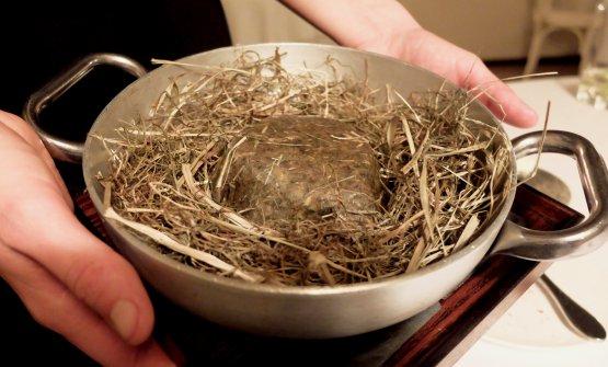Si prepara il Manzo in crosta di fieno