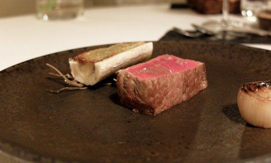 Ed ecco il piatto, con midollo gratinato, cipollina arrostita, brodo di fieno
