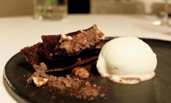 Assolutamente deliziosa la Millefoglie di tegole, cremoso di cioccolato, nocciole caramellate, gelato salato al fumo. Straordinario finale