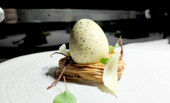 Nido: un uovo di cioccolato bianco e burro di cacao, crema di formaggio, frutta della passione e mango