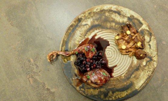 Piccione laccato con riduzione di prugne nere, jus di mirtilli, fungo ostrica e garum di polline e nocciole. Il piccione viene cotto a fuoco vivo con legna di quercia, laccato con una salsa di prugne nere, zucchero e aceto di lamponi. Quindi albicocca fermentata, timo selvatico, fungo ostrica cotto sul fuoco, il garum vegetale, le rondelle di pigna macerate con aceto e zucchero e cotte come i funghi, lo jus di mirtilli lactofermentati