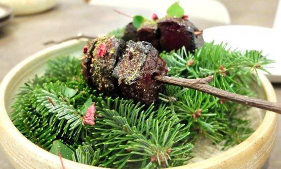 Sembra carne ma non è: piatto veg, una barbabietola che prende il posto dello scamone «la lavoro proprio come farei con quest'ultimo». Quindi il vegetale viene prima affumicato sul carbone con la sua pelle edelle erbette; poi grigliato con una laccatura di sciroppo di pigne di pino e funghi lactofermentati. Viene condita con limoni fermentati, aromi del bosco (tuia, acetosella, lamponi lactofermentati), vellutata di semuda - formaggio vaccino semistagionato -, olio di taggete, crumble di pane al nero di seppia