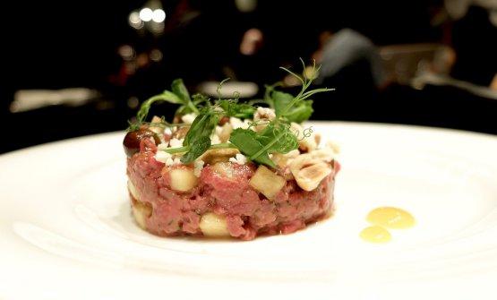 Battuta di manzo al coltello, nocciole, Castelmagno, pioppini e mango. Se la carne fosse meno fredda, sarebbe un altro piatto da promuovere con voti alti