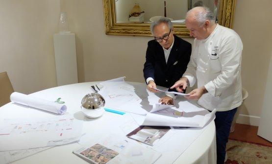 GiovannieGaetano Trovatotra le carte del loro nuovoArnolfo, in una foto di qualche tempo fa