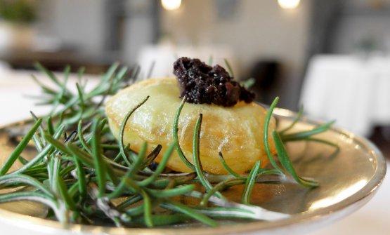 Pommes de terre soufflées: patate cotte nell'olio, crema di olive nere