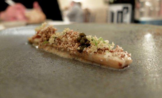 Piatto mostruoso, elegantissimo: Asparago bianco, ricci di mare, pop corn di amaranto, capperi di sambuco, sottaceto e fiori di sambuco