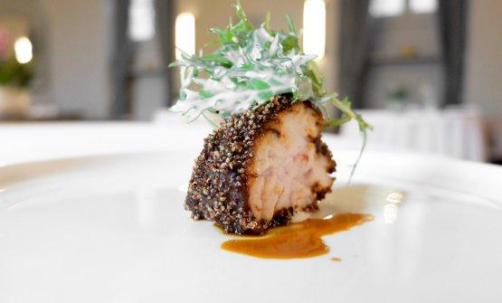 Animella panata con peperone tostato e anice stellato, mizuna al kefir, olio di peperone tostato