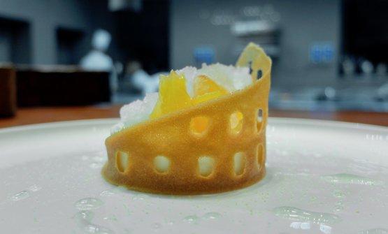 Colosseo 2020: a concludere il M.O.M.A. è un dessert che valorizza il nostro patrimonio artistico e in particolare il monumento più celebre della Capitale. La cialda racchiude ricotta, uvetta, crumble, pesche sciroppate, grattachecca di limone e basilico, sciroppo di fiori di sambuco