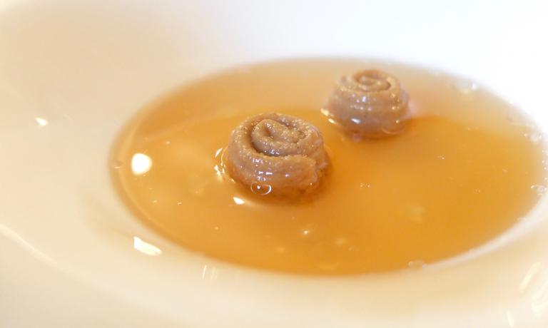 Gnocchi di semolino alla cannella e vaniglia, brodo di frutta secca e mele cotogne, olio alle mandorle.La pastry chef della Locanda del Sant'Uffizio è la giovane bresciana Valentina Viola