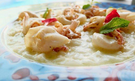 Risoto calamaretti, zenzero e lime, mozzarella ed erbe di campo